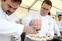 Z velké kulinářské show, která se uskutečnila první květnový den před libereckou radnicí, vzešli vítězové několikaměsíční soutěže Vaří celý Liberec.