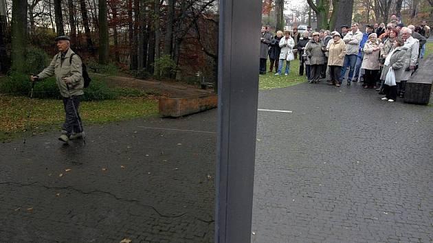 Vzpomínkového aktu u příležitosti dvacátého výročí sametové revoluce se u libereckého památníku obětem komunismu sešlo několik desítek vzpomínajících.