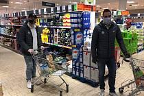 POMOC S NÁKUPEM. Petr Jelínek (vpravo) a Jaroslav Vlach nakupují seniorům potraviny.