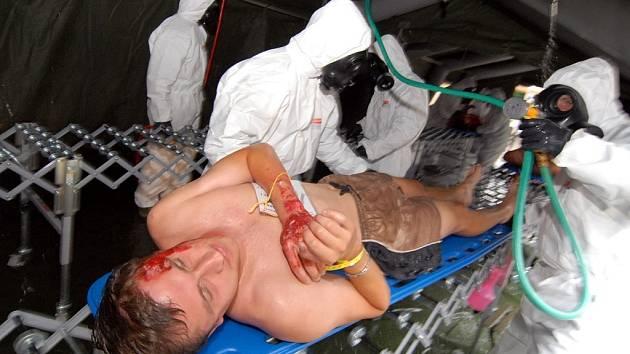 DEKONTAMINACE. Diváci, kteří byli zasaženi neznámou látkou byli očištěni a zbaveni oděvů ještě před tím, než putovali k ošetření ke zdravotníkům.