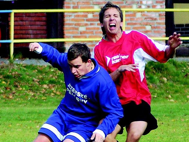 STUDÁNKA DRŽÍ PRVNÍ MÍSTO. Naposledy porazila rezervu České Lípy 3:0. Fotbal bolí domácího Bradu (v červeném), před ním českolipský Dušánek.