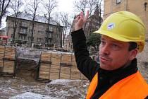 PŘESTAVBA. Ředitel galerie Jan Randáček ukazuje místo, kde bude moderní depozitář. Vnitřní prostory lázní jsou zatím staveništěm.