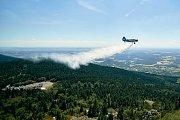 S ohněm na Ještědu bojovalo přes 110 hasičů. Na pomoc hasiči přivolali vrtulník a letadlo.