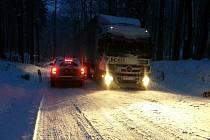 """Sníh komplikuje dopravu. Stoupání ke """"Koze"""" v Oldřichově v Hájích na Liberecku ve směru na Raspenavu."""