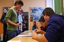 JAKO U OPRAVDOVÝCH VOLEB. Studenti Gymnázia v Jeronýmově ulici v Liberci museli před volbami ukázat průkaz totožnosti. Hlasovali na připravených volebních lístcích.