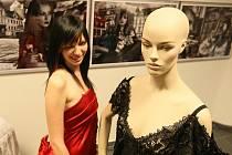VÝSTAVA KORZETŮ. S úspěchem se setkala nedávná výstava korzetů Jarky Kašpar v galerii OC Plaza včetně módních fotografií Petra Štoska a Dušana Kašpara.