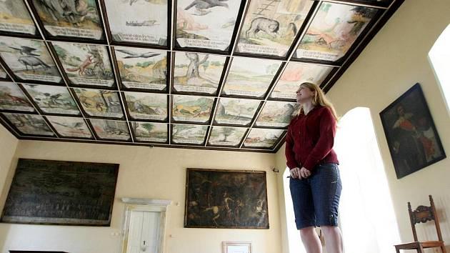 BAJKOVÝ SÁL. Jedním z nejhezčích interiérů Lemberku je takzvaný Bajkový sál. Komnata ze 77 stropními kazetami. Na nich jsou výjevy inspirované například Ezopovými bajkami či knihou s názvem Divadlo mravů.