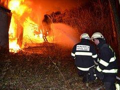 Hasiči bojují opět s požárem haly plné odpadu v Bulovce na Frýdlantsku.