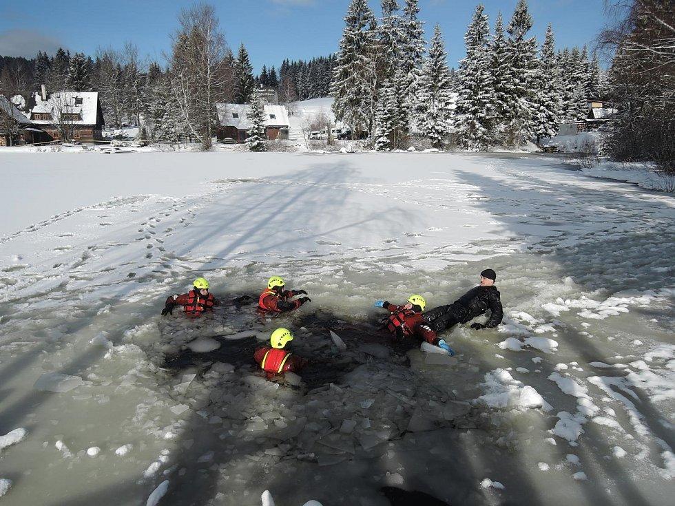 Před několika dny nacvičovali jablonečtí hasiči záchranu osob propadlých na zamrzlé hladině.