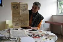 Výtisk novin libereckého Vpředu ze srpna 1968, který na snímku ukazuje Kateřina Trojanová, si evidentně někdo chtěl schovat. Zapomněl ale, že si jej ukládá do knížky z knihovny, kterou bylo třeba vrátit.