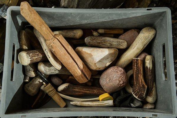 PETR ZÍTKA zJindřichovic pod Smrkem na Liberecku se zřejmě jako jediný vrepublice živí výrobou pazourkových nožů, hrotů nebo čepelí.