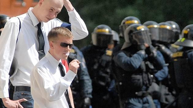 Asi 40 členů Národního korporativismu se v sobotu odpoledne vydalo na povolený pochod z nádraží ČD na Soukenné náměstí. Na pořádek dohlíželo několik desítek policistů a těžkooděnci.