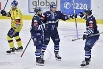 Hráči Liberce se radují ze čtvrtého gólu, v modrých dresech zleva Radovan Pavlík, autor gólu Jaroslav Vlach a Petr Jelínek. Vlevo je Karel Plášil z Českých Budějovic.
