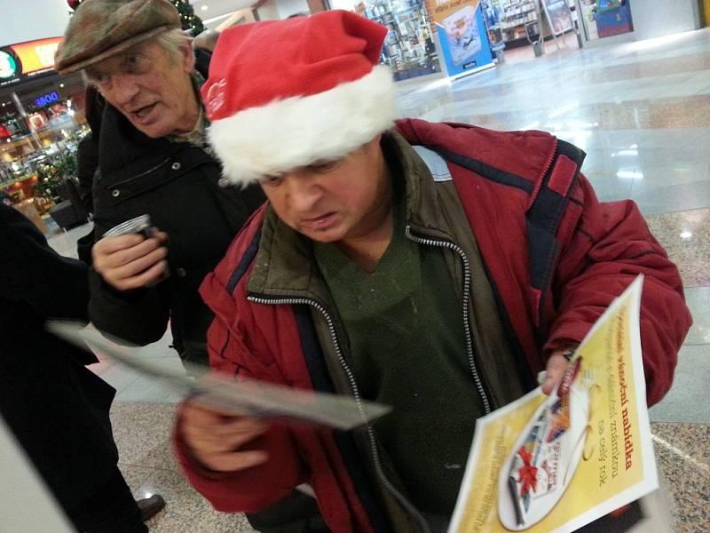 Česko zpívá koledy - Liberečané zpívali v Obchodním centru Fórum. Foto z mobilu.