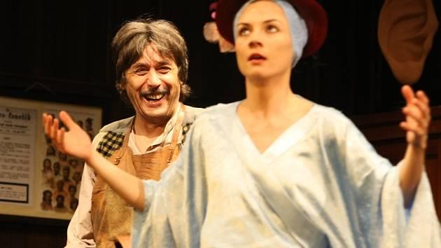 Lízu Doolittlovou, která se má z prosté dívky stát dámou vybraných mravů a především mluvy, hraje v Pygmalionu Veronika Korytářová.