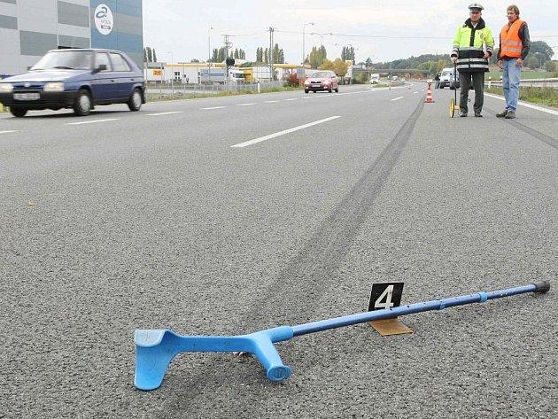 PODOBNÝ PŘÍPAD se odehrál před třemi lety prakticky na stejném místě. Opilý cyklista chtěl přejet čtyřproudovou silnici od jedné pumpy k druhé, ale smetlo jej projíždějící auto. Cizince smetl automobil také na jaře na průtahu Libercem.