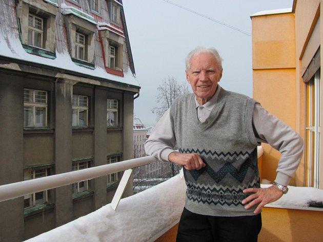 JAN BACHTÍK. Úspěšný trenér hokejového dorostu. Sám hrál hokej za Dynamo Pardubice a volejbal za TJ Sokol Dřevěnice, odkud pochází. Vpravo při zápase s Francií (rok 1954), na který přišly ve východočeském Náchodě tři tisíce diváků. V pořadí druhý.