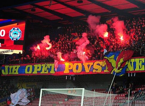 Fotbalové utkání HET ligy mezi celky AC Sparta Praha a FC Slovan Liberec 18. února v Praze. Fanoušci ultras Sparty se světlicemi.