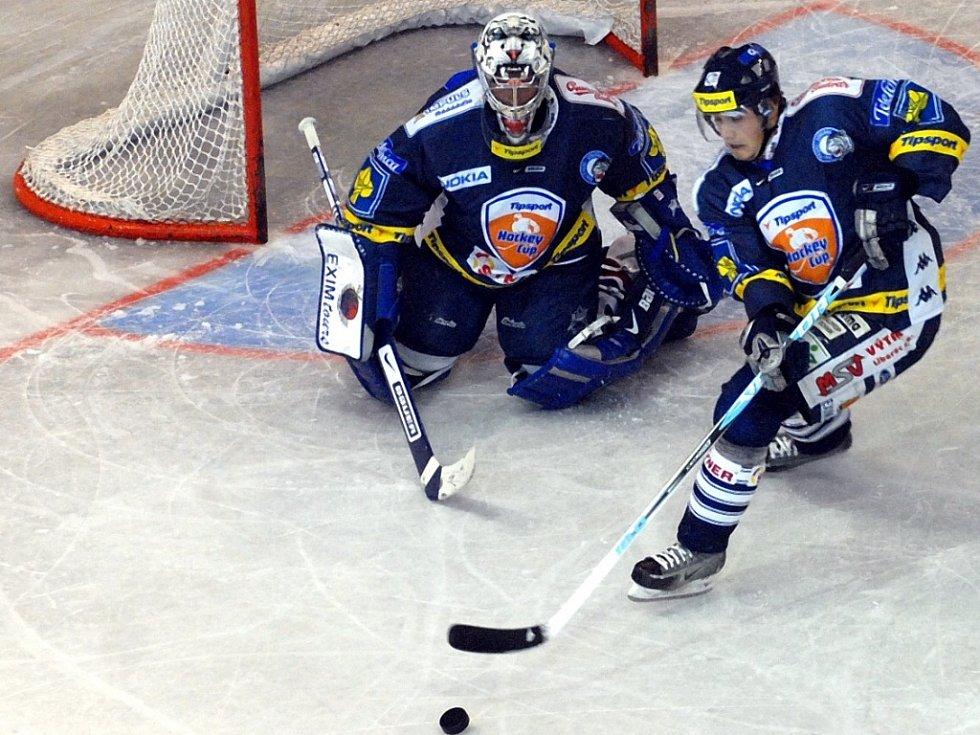 OPORY. Brankář Milan Hnilička a útočník Jan Víšek, dva významní muži v dresu libereckých hokejových Bílých Tygrů.