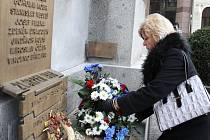 VRÁTILI SE ZPĚT O 22 LET. Na shromáždění k výročí Listopadu promluvil i exporadce prezidenta Havla Jan Šolc, květiny položila k pomníku primátorka Martina Rosenbergová.