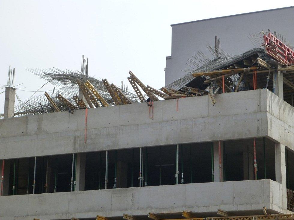 STAVBU nového polyfunkčního domu v Pálkově ulici v Liberci naproti Základní umělecké škole prověřuje policie. V neděli odpoledne se tam totiž zřítila část bednění ve třetím patře.