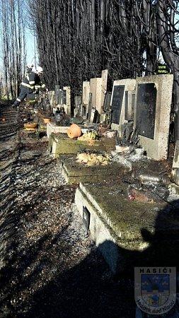 POŽÁR HŘBITOVA. Zřejmě od svíčky shořelo dvacet tújí a poškozeno bylo několik hrobů.