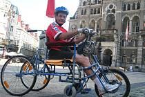 V tuto chvíli čekala na dvaašedesátiletého vozíčkáře Miroslava Vacka pětadvacetikilometrová trasa na Ještěd a celkem čtyři hodiny v sedačce vozíku.