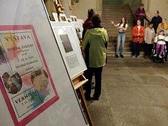 Ve vestibulu radnice boří studenti gymnázia bariéry.