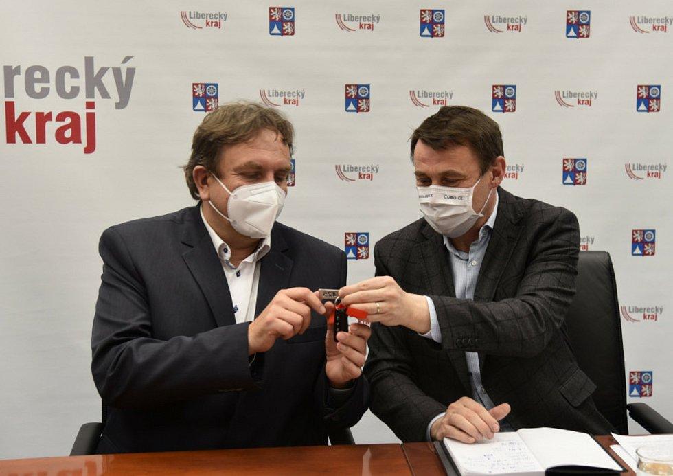 Klíče od nových vozů řediteli ZZS LK Luďku Kramářovi (vlevo) předal hejtman Libereckého kraje Martin Půta.