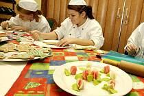 Dnem otevřených dveří se nabídla Střední škola gastronomie a služeb veřejnosti. Přístupné byly dílny krejčích, kadeřnický salon a v restauraci bylo vidět při práci cukráře, kuchaře, číšníky a barmany.