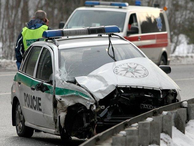 Ze zdemolovaného služebního vozidla vystoupili všichni tři policisté bez nutné pomoci.