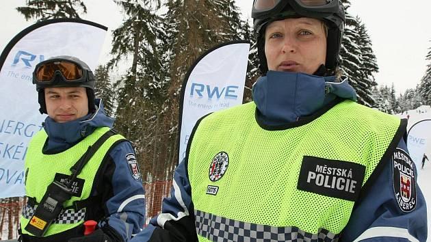 Strážníci Městské policie v Liberci slouží také na svazích Ještěda, kde dohlížejí na pořádek na sjezdovkách. Historicky první službu na lyžích měli strážnice Vlasta Pešková a strážník Lukáš Poruba.