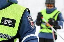 Strážníci Městské policie Liberec hlídkují také na svazích Ještědu.