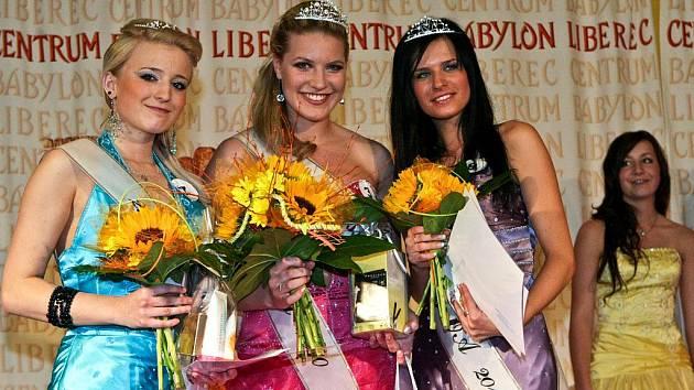 ABSOLUTNÍ VÍTĚZKOU Miss OA Liberec se stala Martina Myslivcová (uprostřed). Získala i titul Miss internet a sympatie