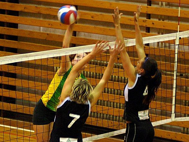 ŠEST BODŮ Z VARŮ. Na bloku jsou proti karlovarské hráčce s číslem 7 Adéla Berková Adéla, s číslem 4 Lenka Nejedlá.