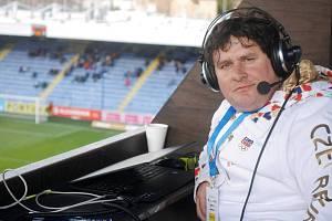Rozhlasový reportér a komentátor Pavel Petr na stadionu U Nisy v Liberci.