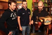Hokejisté Bílých Tygrů Liberec (zleva) Jakub Valský, Tomáš Voráček a Jan Výtisk čepovali v restauraci Horizont v Liberci novinku od pivovaru Radegast temně hořný Polotmavý ležák.