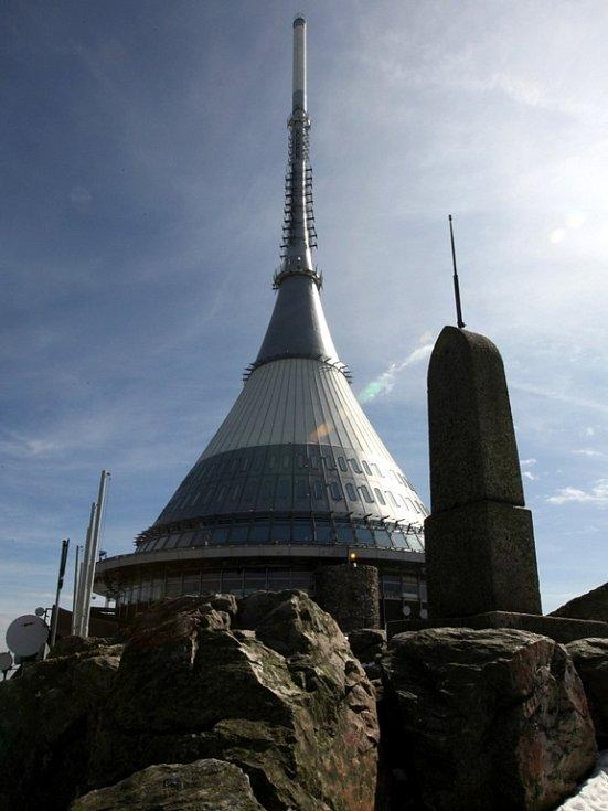 Horský hotel Ještěd leží ve výšce 1012 metrů nad mořem a otevřen byl v roce 1973. Jeho autorem je liberecký architekt Karel Hubáček, který za ni dostal několik mezinárodních ocenění.