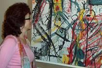 Návštěvníci výstavy si mohou v galerii prohlédnout několik desítek Axmannových grafik a mezi nimi jak docela malé obrázky, tak i tisky obřích rozměrů.