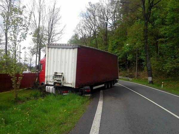 Polský kamion havaroval vpátek dopoledne vMníšku uLiberce.