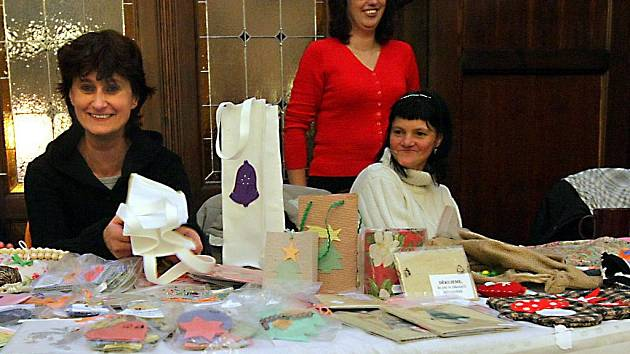 VÍC LIDÍ PŘIŠLO, VÍC SE PRODALO. Návštěvníci prodejní výstavy v Radničním sklípku si mohli koupit vánoční dárky a zároveň přispět lidem z chráněných dílen.