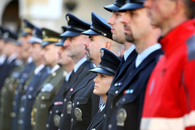 Na slavnostním nástupu na náměstí Dr. Edvarda Beneše byli pamětními listy, medailemi a kříži vyznamenáni vojáci, policicisté, hasiči profesionální a dobrovolní, zdravotníci a posádky letecké záchranné služby za obětavou práci a nasazení během povodní.