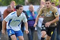 PRVNÍ ZÁPAS V PŘEVÝŠOVĚ vyhrál Slovan 4:1. Na snímku vlevo domácí obránce Jiří Černý (č. 2), vpravo liberecký útočník Michael Rabušic.