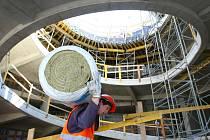 Dělníci pracují na stavbě iQLANDIE, která už v březnu přivítá příznivce vědy a přírodních jevů.