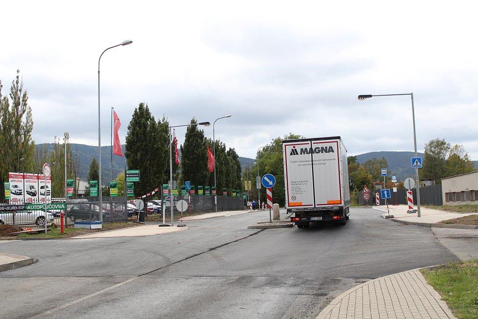 Mezi červencem a říjnem probíhá v Liberci rekonstrukce frekventované ulice České mládeže. Na snímku stav z 2. října 2018, týden před dokončením. Na snímku začátek rekonstruovaného úseku u garáží ČSAD