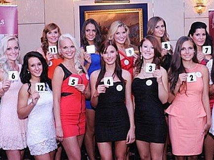 KANDIDÁTKY NA TITUL MISS. Martina Myslivcová je blondýna v horní řadě uprostřed nad dívkou č. 4 (s číslem 9).
