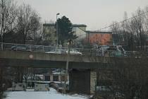 Most mezi Obi a čerpací stanicí Alfastatiton v Liberci.