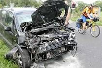 Na železničním přejezdu mezi Lvovou a Jablonném v Podještědí se střetl osobní vlak s osobním automobilem. Na přejezdu i po nehodě blikalo výstražné kmitající červené světlo, které řidič Opelu zřejmě přehlédl. V osobním vozidle se zranili tři lidé.