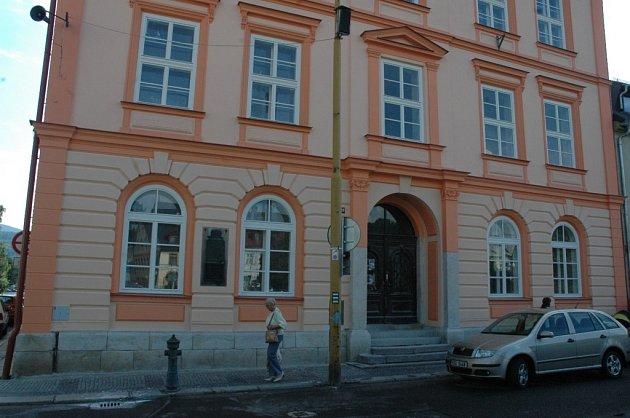 ZŠ v Chrastavě na náměstí 1. máje.