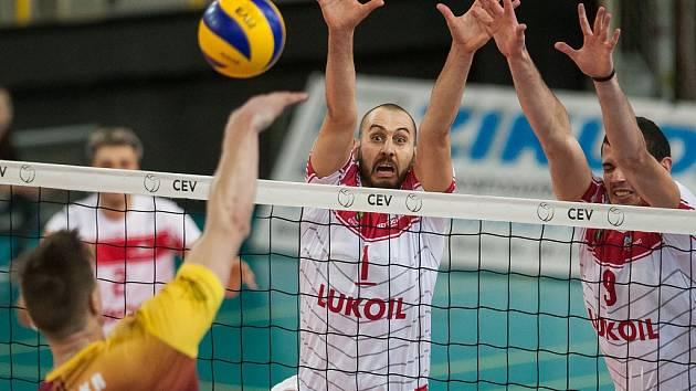 Utkání Dukly Liberec (v tmavší kombinaci) proti Neftohimicu Burgas. Na snímku je s číslem 1 G. Bratoev